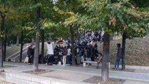 Freiwillige geben Französischkurse im Stalingrad-Park.