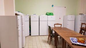 Kühlschranke, Herdplatten, Mikrowellen, Tische: der Aufenthaltsraum in Langres.