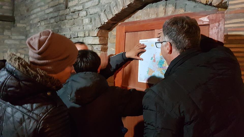 Beim Abendessen gehen wir anhand einer Landkarte die Reiserouten durch.