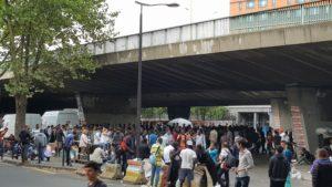 Bis zu 2000 Menschen kommen zu Verteilungen und leben in Paris auf der Straße.