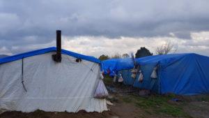 Eines der Camps auf den Ackerflächen.