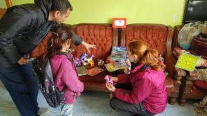 Die Schulkkinder suchen sich ihre Geschenke aus.