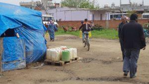 Ein Junge bringt die ausgegebenen Ölflaschen weg.