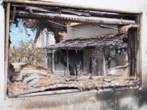 Der Ausblick aus einem zerstörten Fenster.