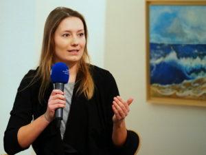 Kim spricht bei der Podiumsdiskussion über ihre Erfahrungen in Greichenland